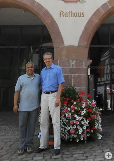 Kharel mit Bürgermeister Thomas Haas vor dem Schiltacher Rathaus