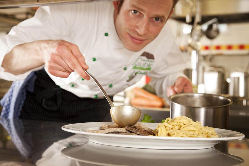 Koch Jürgen Lauble legt das Essen auf