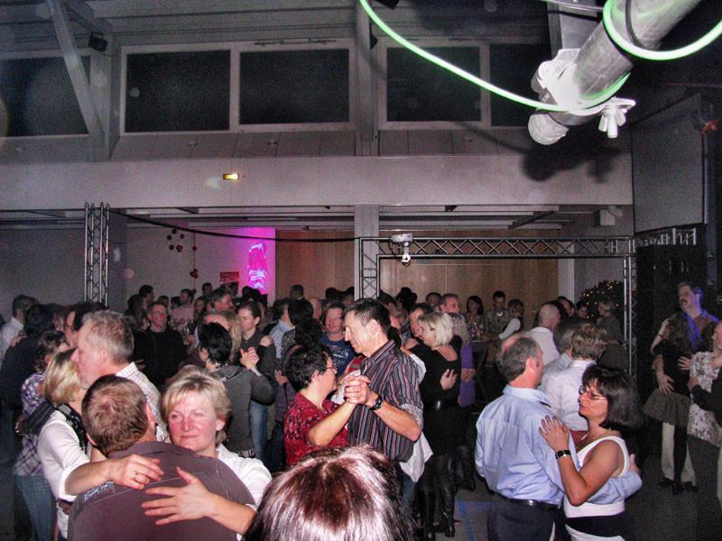 tanzende Menschen in der Friedrich-Grohe-Halle